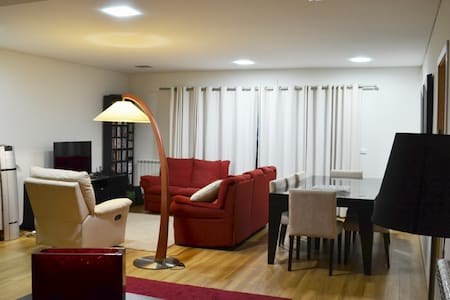 Spacious house with 4 bedrooms and 3 bathrooms (one en suite). Quiet location. Pastry beside the house. Supermarket 150 m. Near the center of the city
