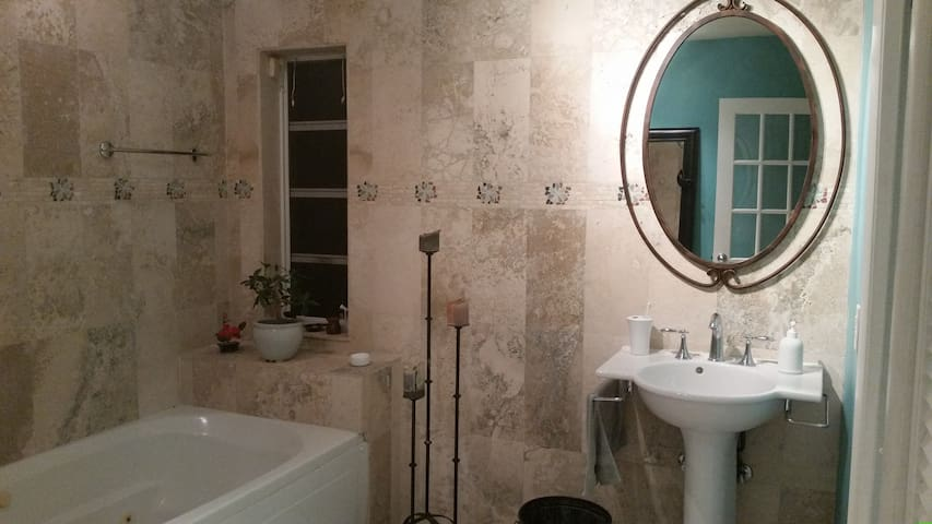 Large Cozy Master with Private Bath - Miami - House