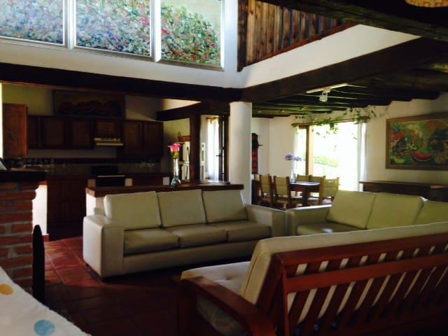 BONITA Y AMPLIA CASA Y JARDIN - Valle de Bravo - House