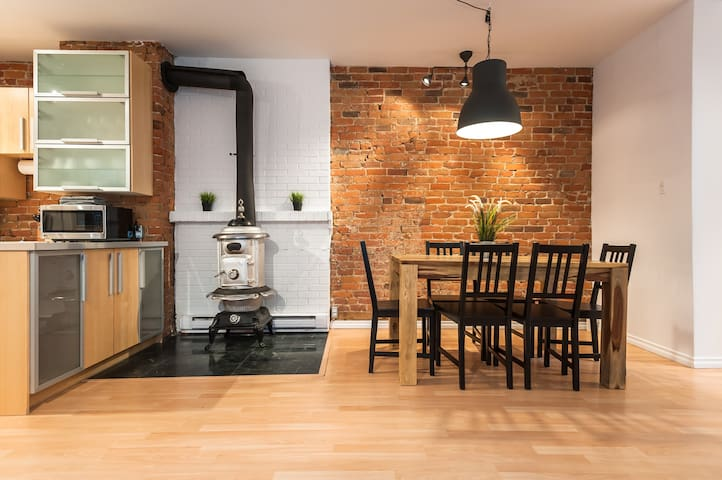 The Vintage Stove Apartment with Courtyard