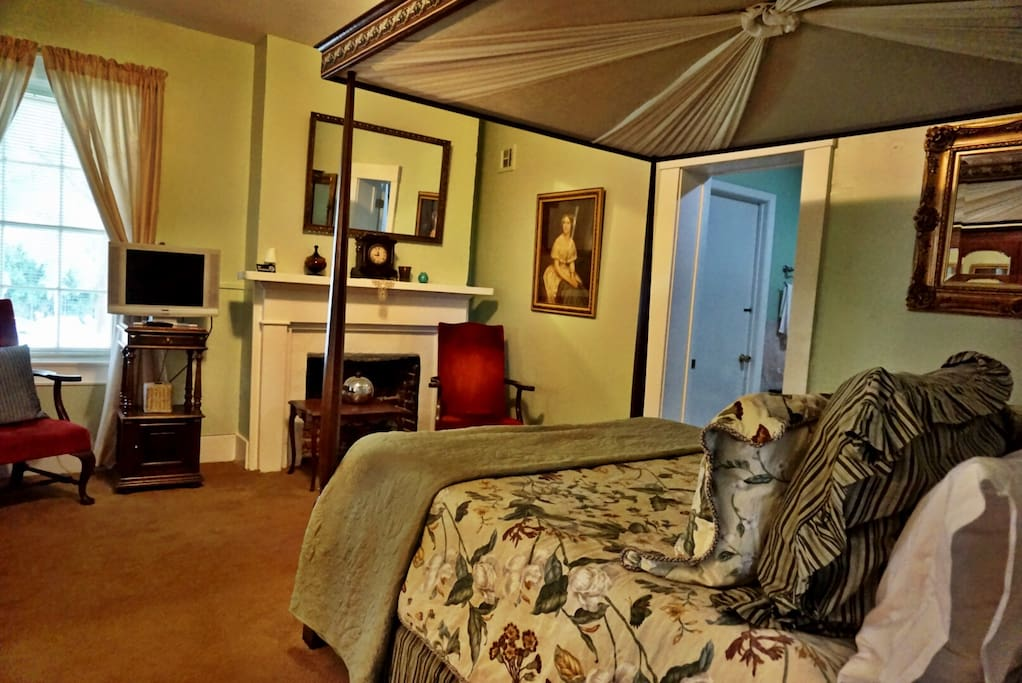 The Turning Angel room, with it's four poster bed, provides a tranquil retreat during your visit to Natchez.