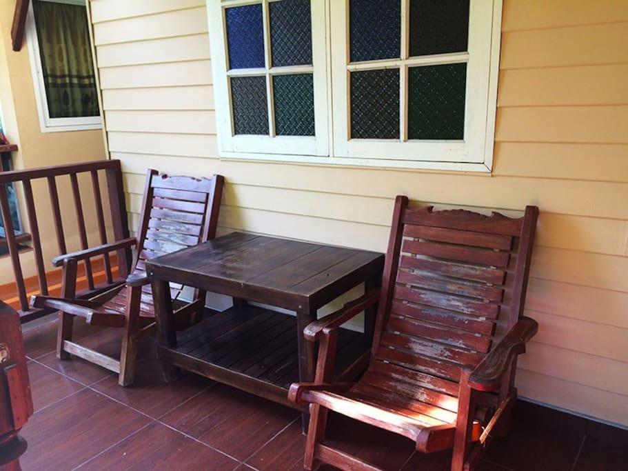 Веранда со стульями и столом.