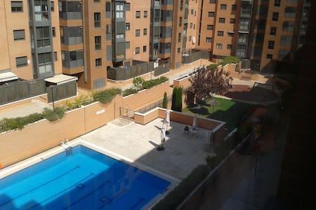 Habitación exterior bajo con jardín - Madrid