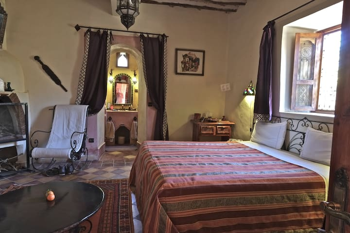 Une chambre de 30m2 équipée d'un lit double, Climatisation, Cheminée...