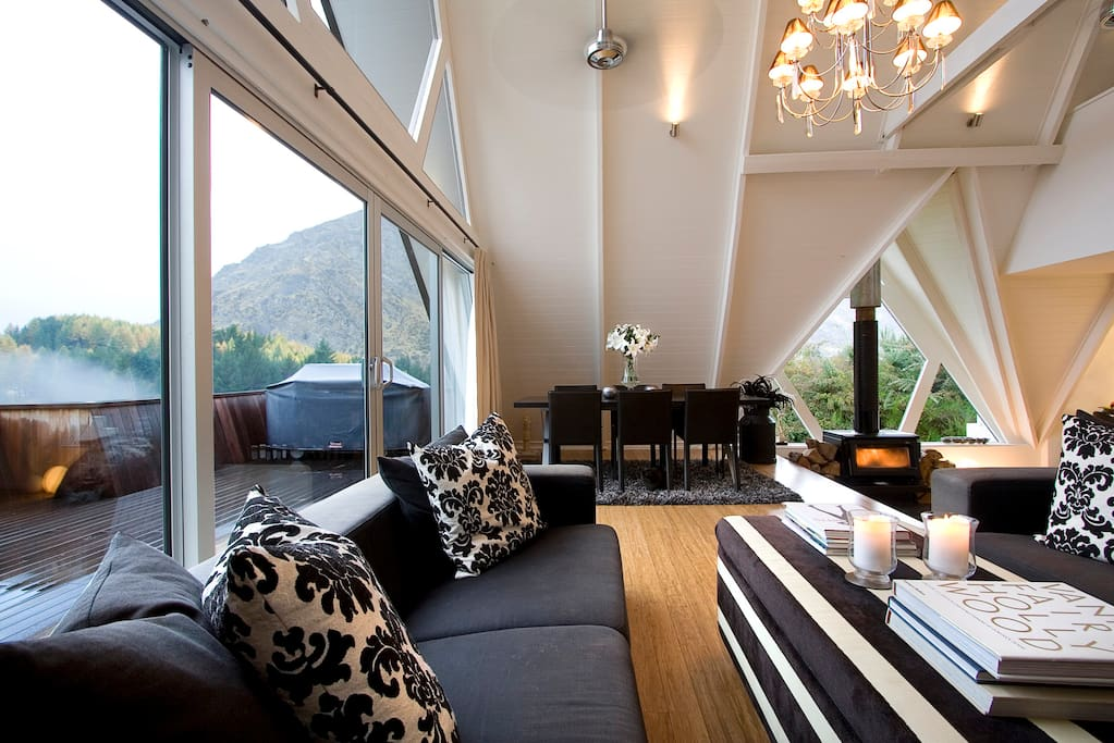 Lounge & dining with views of the mountains