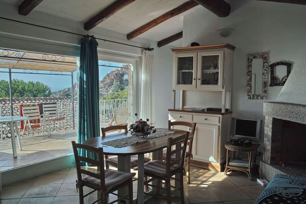 Una parte del soggiorno, con la grande porta finestra che lo collega alla veranda!