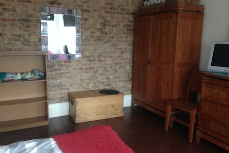 Bright Large Double Room - Brighton