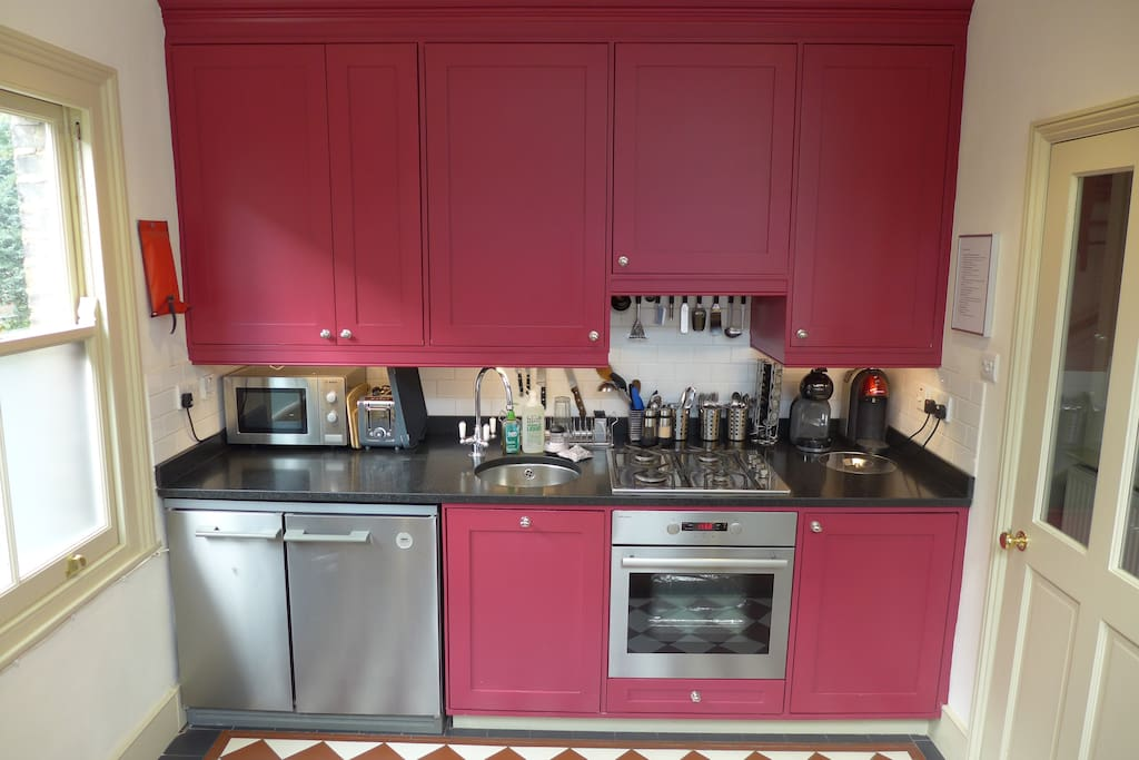 Kitchen: coffee machine, kettle, toaster, oven, gas hob, fridge/freezer, microwave, filtered water tap