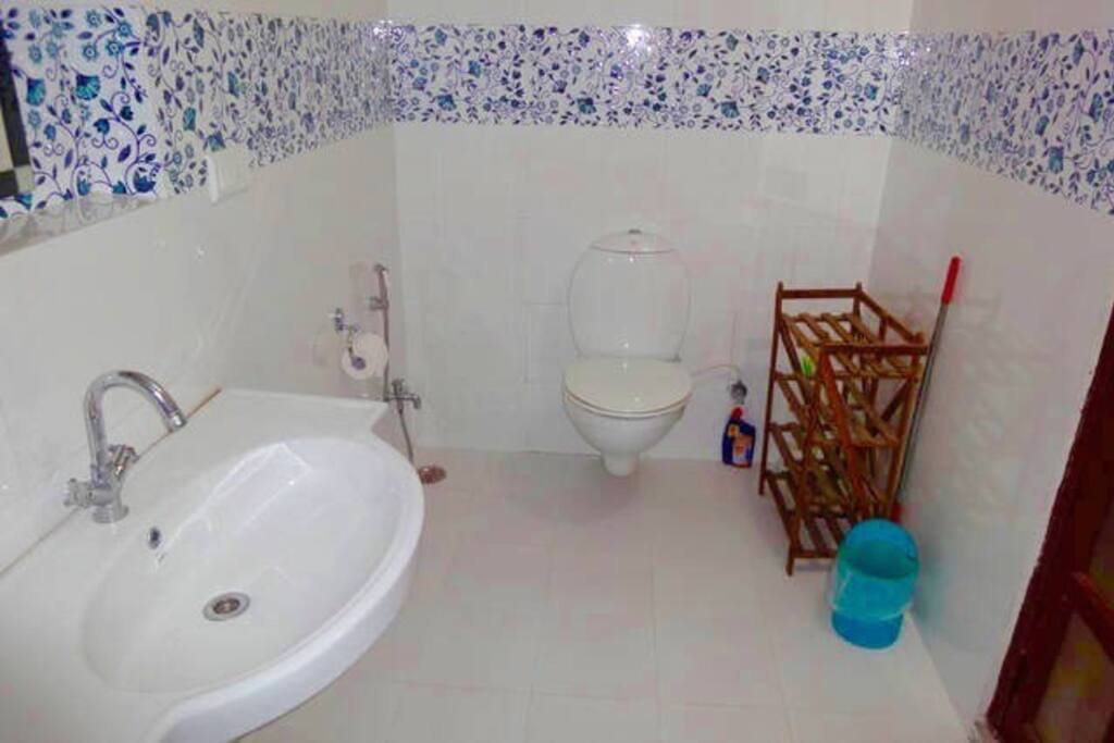 Spacious modern bathroom.