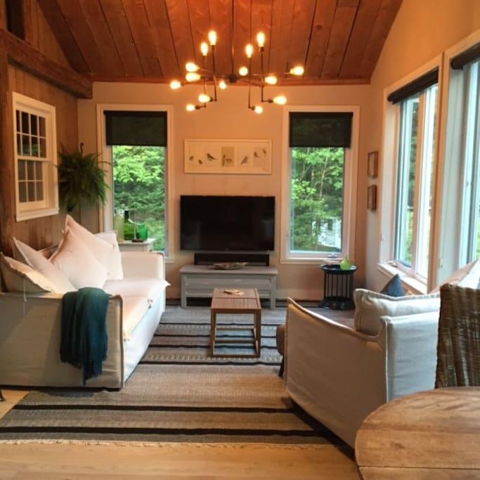 Chaleureux et comfortable salon tout vitré - plein sud.