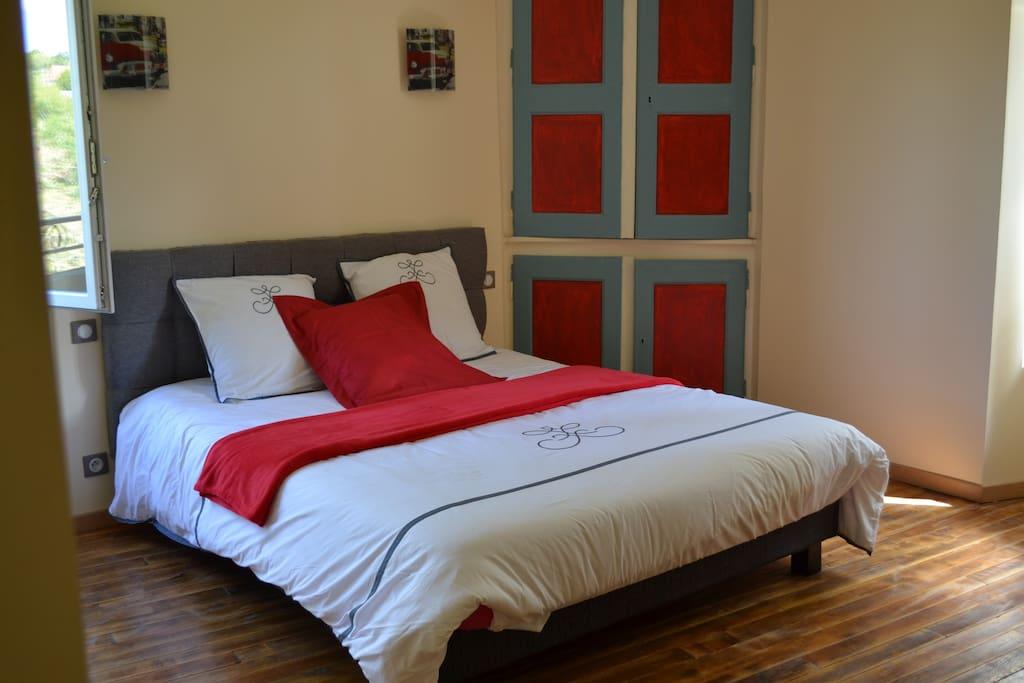 Grande chambre RDC rouge avec salle de douche