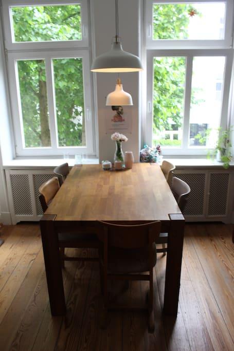 Das Esszimmer mit offenen Durchgang zum Wohnzimmer. Esstisch kann Arbeitplatz dienen.