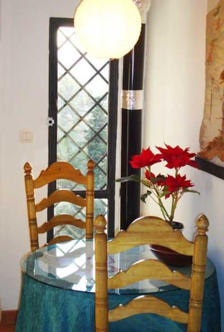 Comedor para dos con brasero y vistas a la Alhambra