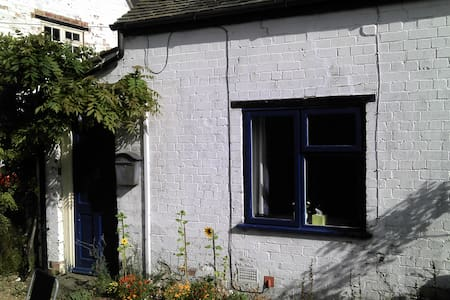 Self-catering granny annex bedsit - Braunston