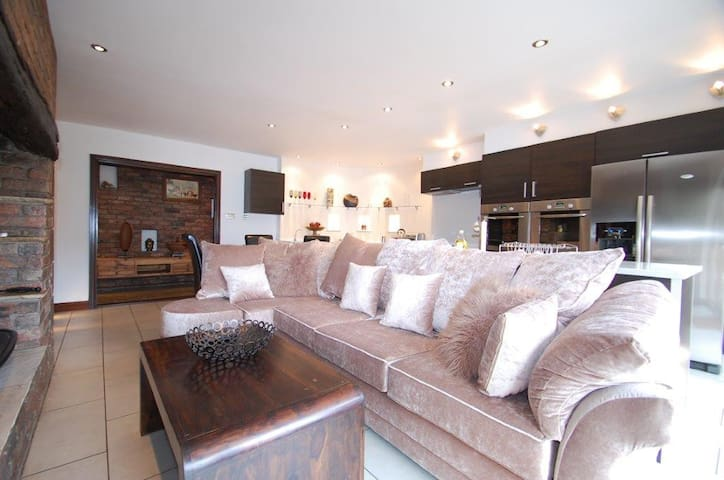 Arch View: Luxury Apartment - Ollerton; Knutsford