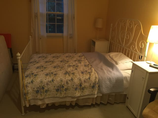 Cozy bedroom for papal visit! - Ambler