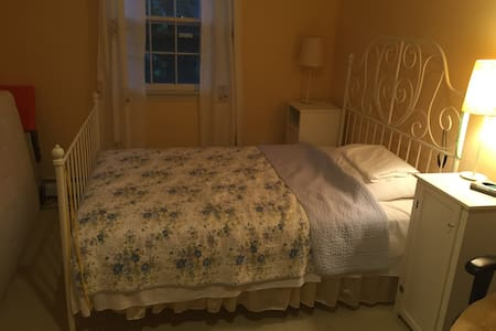 Cozy bedroom for papal visit! - Ambler - บ้าน