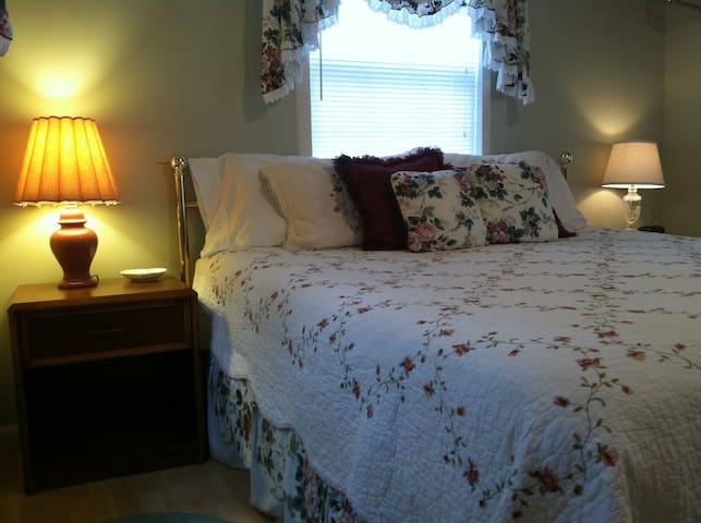 Romantic Cottage with Jetted Tub - Granbury - Penzion (B&B)