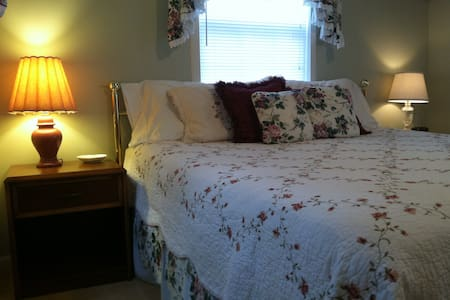 Romantic Cottage with Jetted Tub - Granbury - Inap sarapan