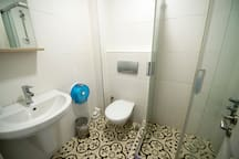 Traditionally decorated en-suite shower and toilet