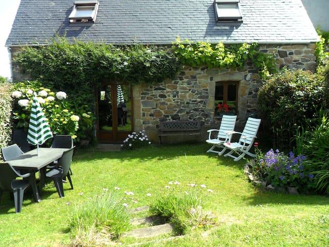 Cute cottage for 5 - near the sea - Plougasnou - บ้าน