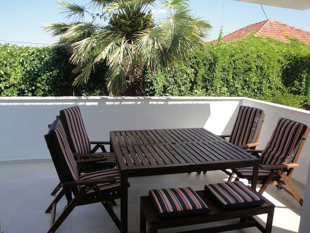 Spacious apartment close to beach - Murter - Hus