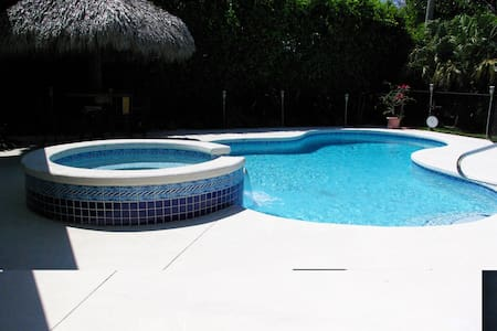 Lovely 3BR/2BA retreat with pool - North Palm Beach