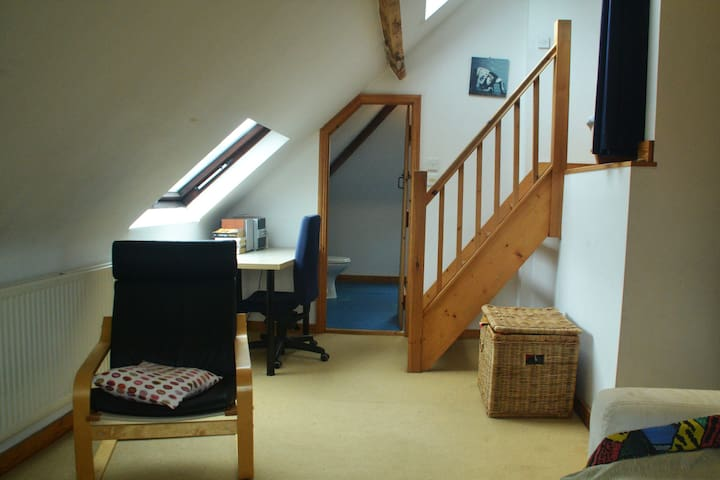 Charming loft room with own shower - Bristol - Maison