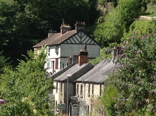 Cliff View Cottage, short walk to Matlock antiques