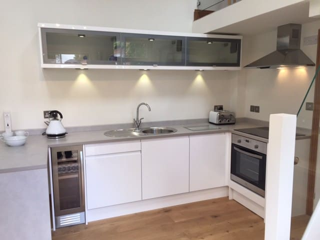 Fully equipped fitted kitchen and breakfast bar workspace
