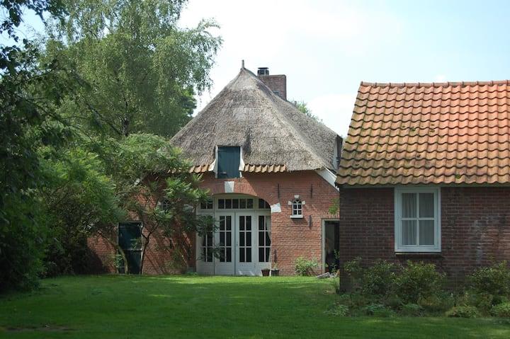Rietkapboerderij met knus logeerhuis