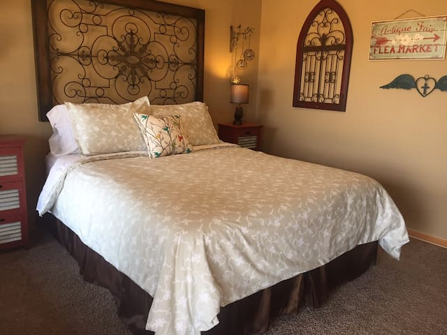 Night Bird Ranch B&B #2 Burlap&Lace (Queen) - Ledbetter