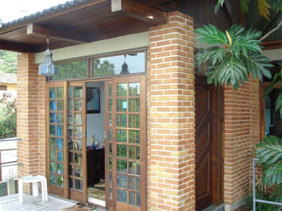 Deck com acesso a sala e cozinha.