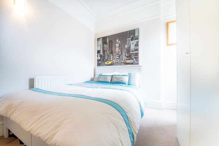 Ealing - Double Bedroom - London - Apartment