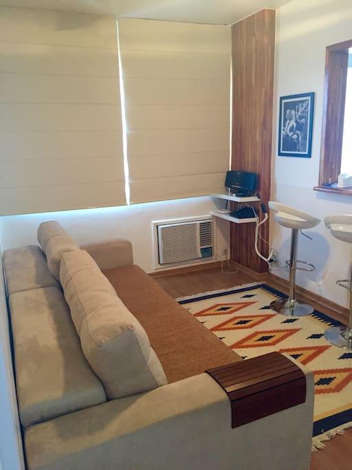 Sala de estar com TV a cabo, som,sofá retrátil, bancos,wifi e ar condicionado novo  18 . 000 Btus.