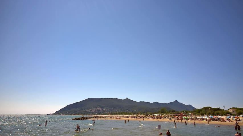 monte Circeo dalla spiaggia vicino alla casa