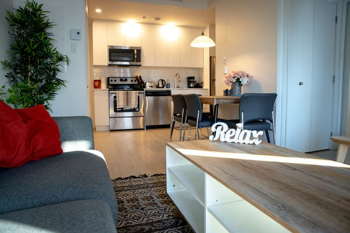 Cozy Bright and Well located condo Free Parking!