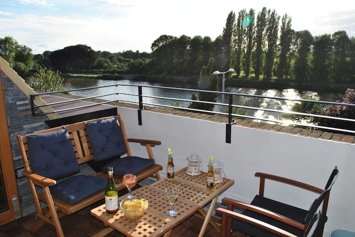 3bed apartment - view over Thames