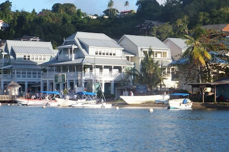 Superb Split Level Waterside Apt, Marigot Bay