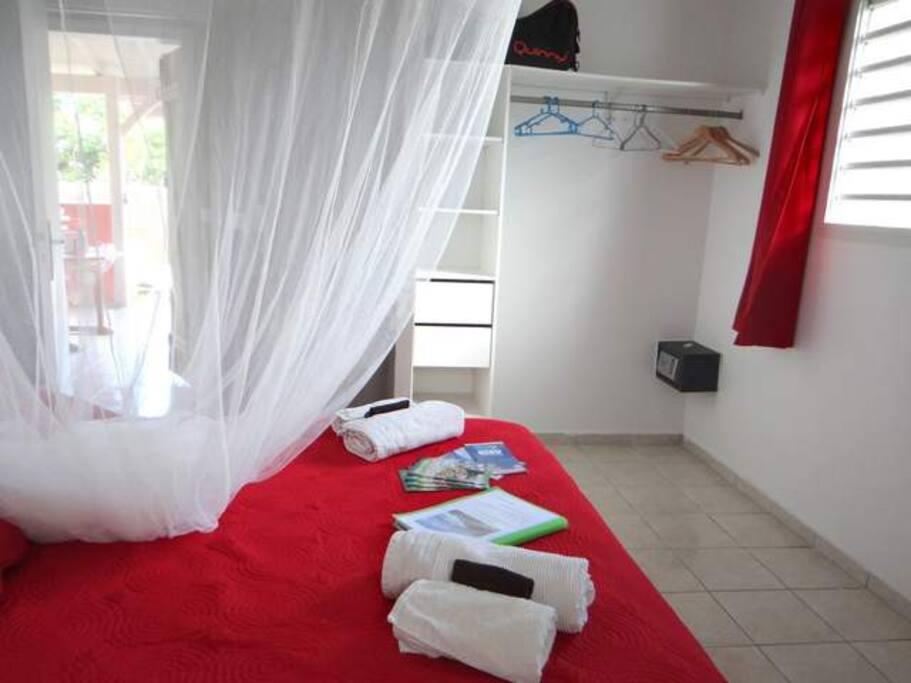 première chambre : moustiquaire, coffre, télévision et livres agrémentent cette chambre. Lit en 160.