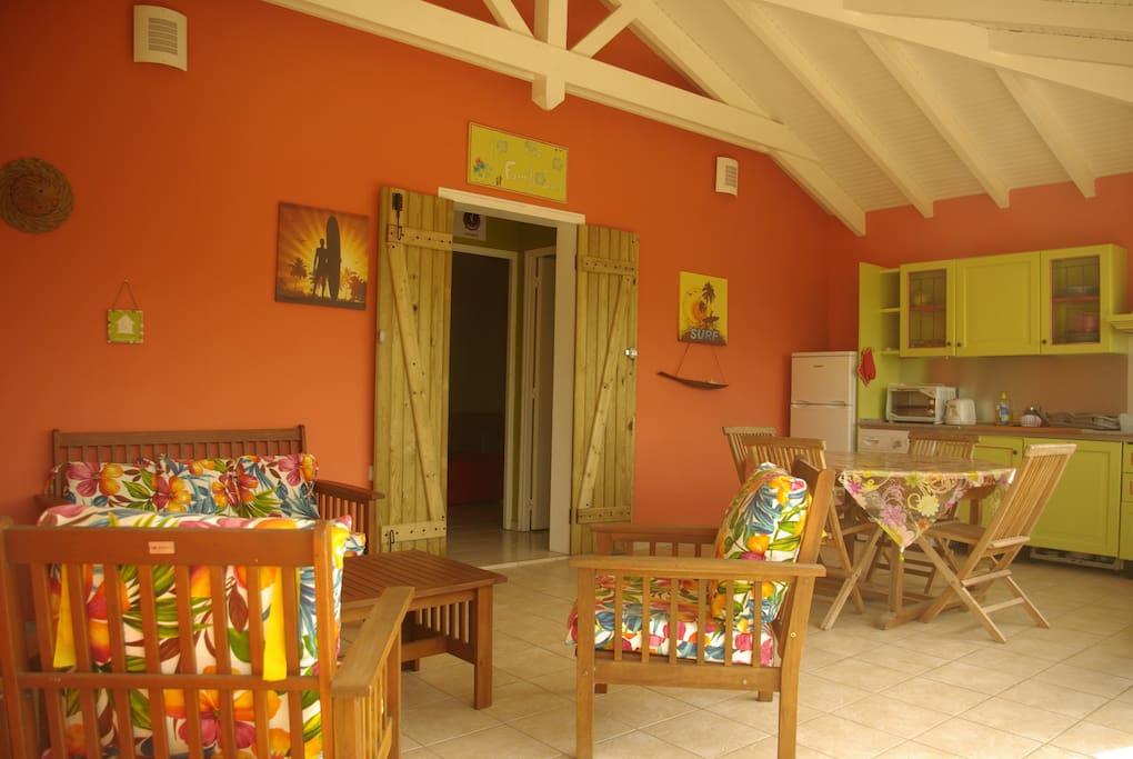 confortable salon extérieur et sa cuisine ouverte.