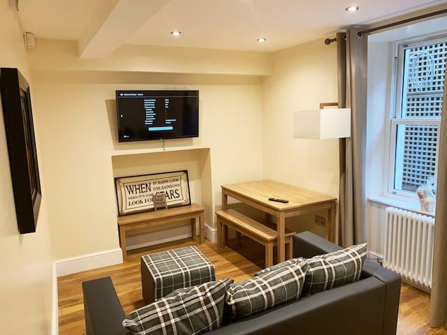 5* Beautiful & stylish basement apartment!