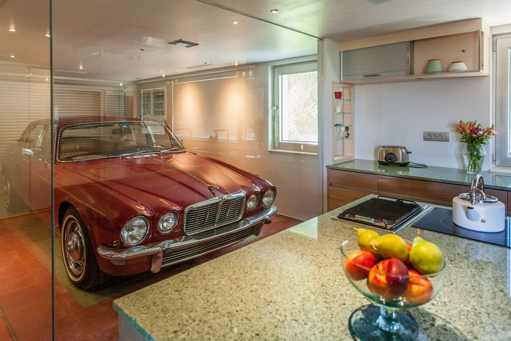 The kitchen with the old Jaguar model of 1970.