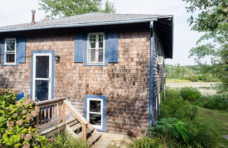 Sun Drenched Beach Cottage on Mill Pond Woods Hole