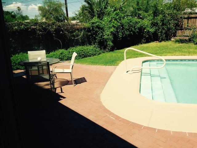 Mid-century adobe beauty with pool - Tucson - Casa