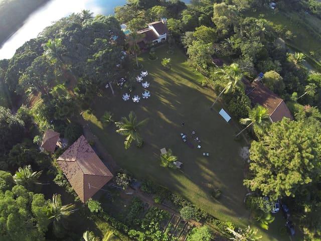 Vista aérea do gramado frontal e casa