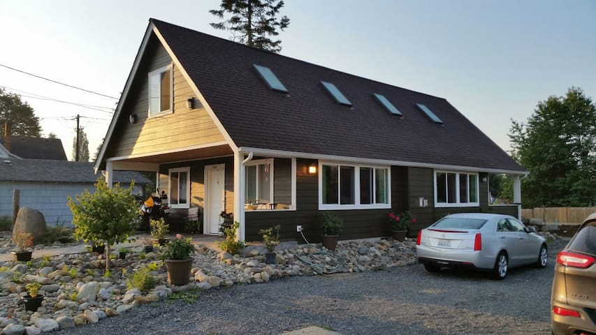 Clean downtown cottage loft - Granite Falls