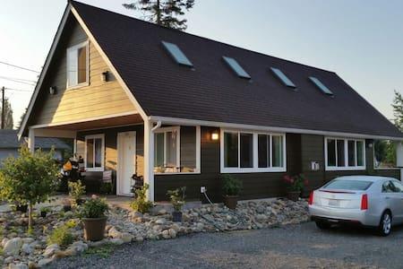 Clean downtown cottage loft - Granite Falls