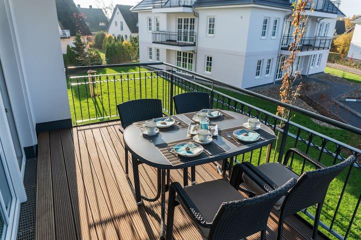 Balkon mit Tisch und Schirm auf der Sonnenseite (nach Süd-West ausgerichtet).