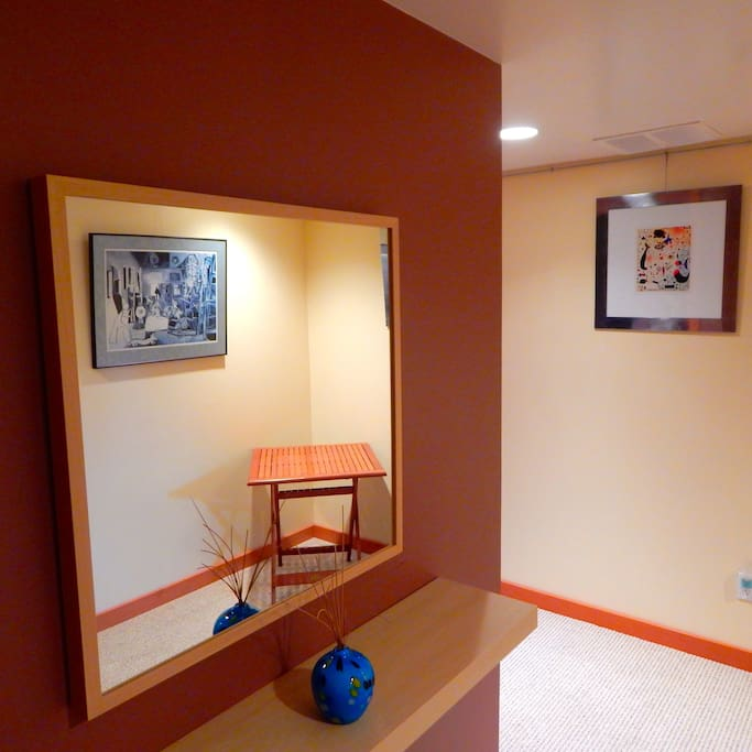 Ample entrance corridor with mirror and art work